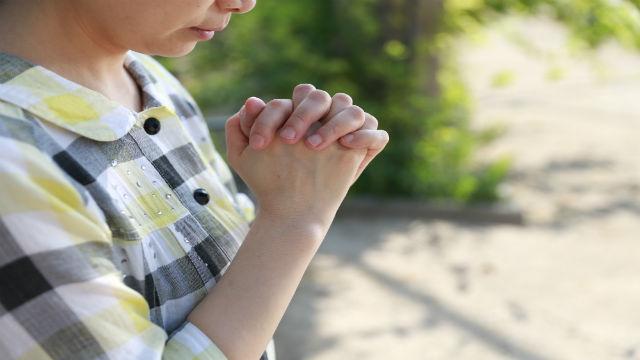 un cristiano está orando a Dios