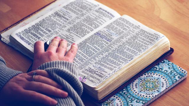 Una cristiana está estudiando la Biblia